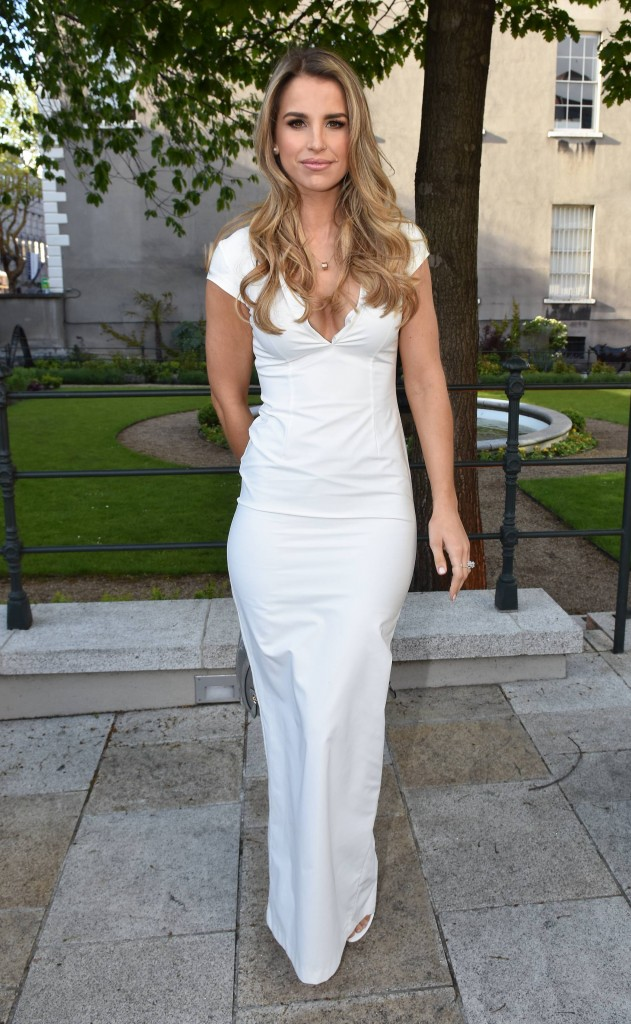 Vogue Willams showed off her curves in this figure-hugging white gown