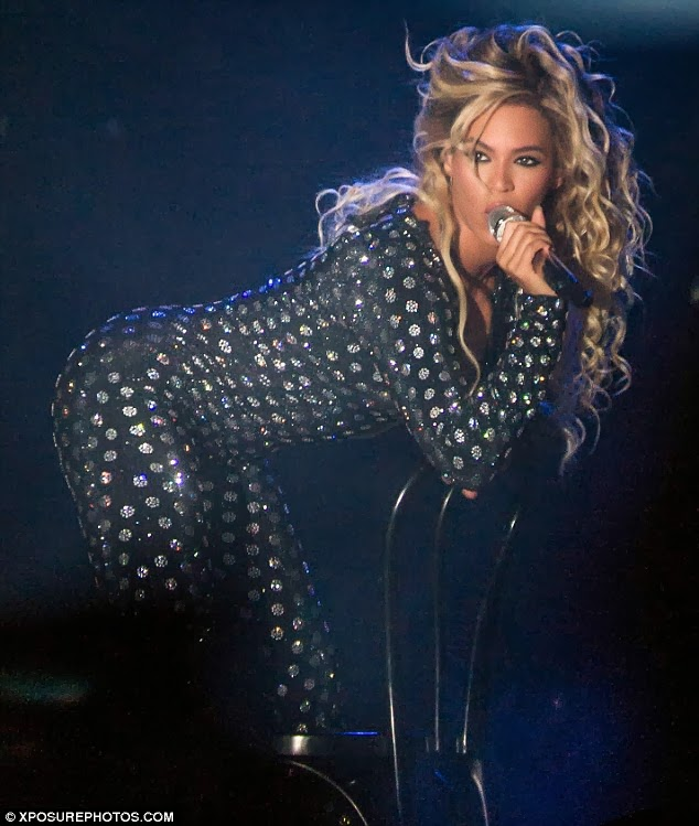 Louis reckons he could teach Beyonce a thing or two about the stool prop...because she's clearly misusing it as it is